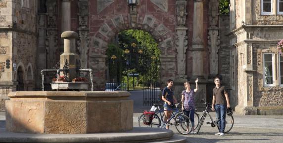 3548E Radfahrer auf Markplatz Bückeburg - Kopie