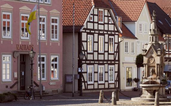 8812C Marktplatz Obernkirchen mit Rathaus be