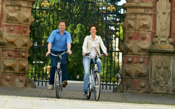 Radfahrer vor dem Schlosstor in Bückeburg